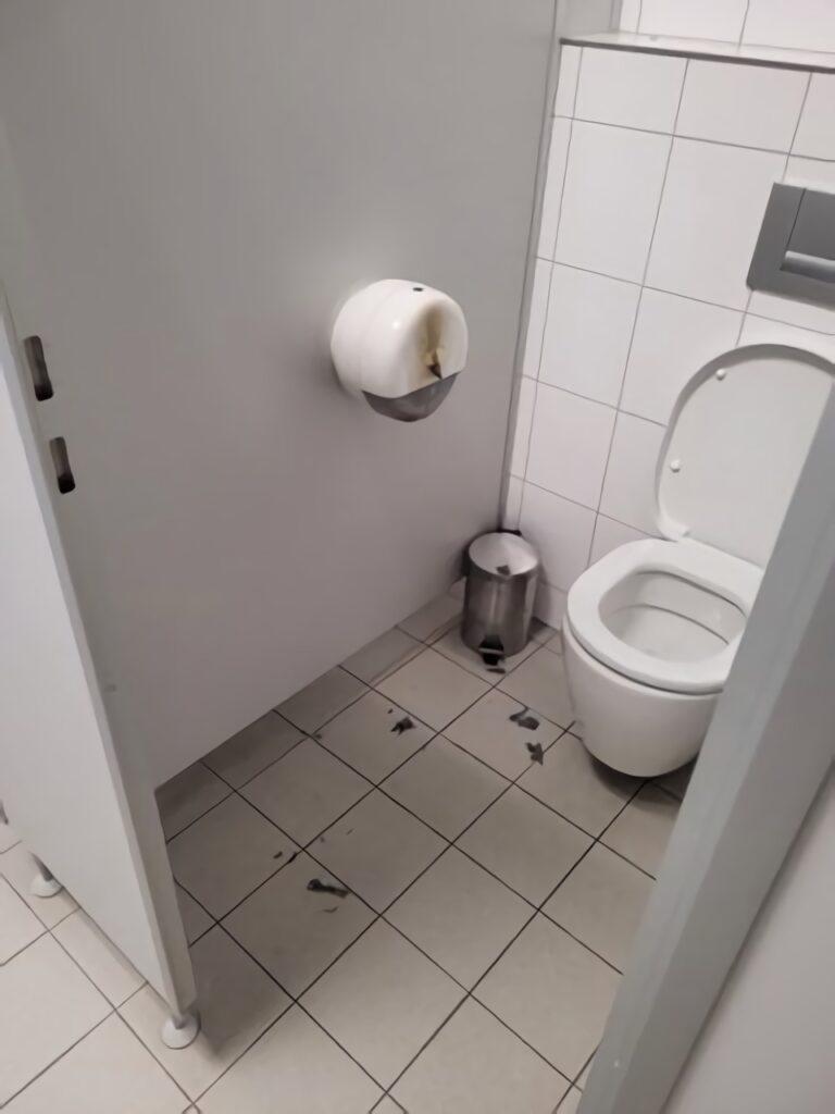 Eine Toilette mit angekokeltem Klopapierspender.