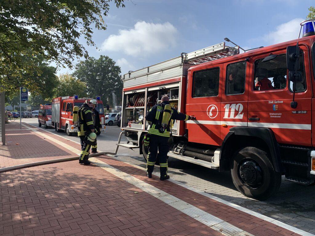 Feuerwehrmänner bei der Arbeit an einem Löschfahrzeug.